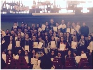 Photo des 60 anglicistes avec leur diplôme