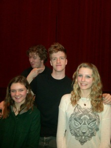 Les acteurs et deux élèves après la représentation.
