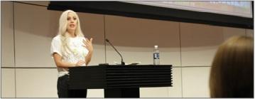 Lady Gaga représentant sa fondation BornThisWay
